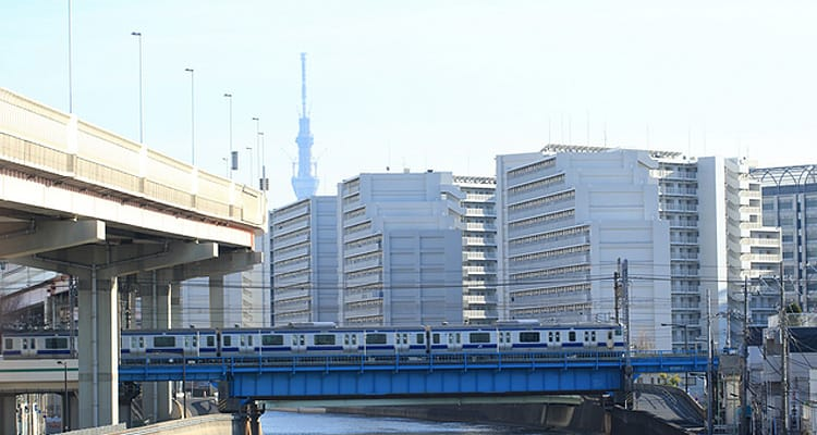 綾瀬川から見る東京拘置所とスカイツリー