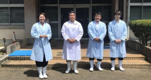 畜産研究センターを視察する、安藤じゅん子千葉県議と成島りょうた市議、関根ジロー市議、インターン生