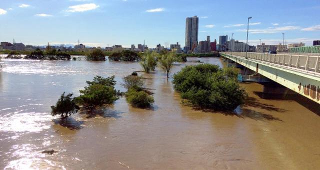 台風15号が過ぎた直後の新葛飾橋