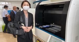 新型コロナウイルスの検査システムを見学する安藤じゅん子千葉県議会議員