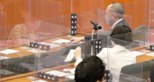 千葉県議会の議場にて議会がはじまるのを待つ安藤じゅん子