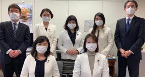森会長の女性蔑視発言に抗議して白ジャケットを着る安藤じゅん子と女性県議