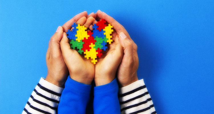 子どもの手を包む大人の手(イメージ)